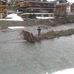 Forstarbeiten am Lechbach, Seilwindenseil befestigen...