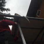 Montage Regenrinne Rot-Kreuz-Garage