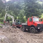 Unwetterschäden aufarbeiten, Material ausbaggern Kracherbach...