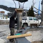 Reparaturarbeiten am Dorfbrunnen