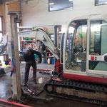 Reparaturarbeiten an Leihbagger sowie Abschmieren der Maschine
