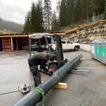 Trennarbeiten mit der Flex für Christbaumsockel und Wegeentwässerung Winterwanderweg Zürs