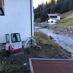 Letzte Erdarbeiten nach Telekom Leitungsverlegearbeiten rund um das Gemeindezentrum, mit TB 216