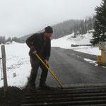 Weiderost Mautstelle reinigen und Kanthölzer für Winter einlegen