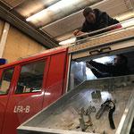 """Rüster alt der Feuerwehr Lech """"moldawienfertig"""" machen, neue Dachbefestigung Leitern anbringen"""