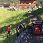 Wegeausbau Zug - Böschung mit Wasen bestücken, Säuberung von Gestein