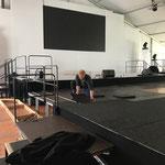 Bühnenteppich legen für Stammgästetreffen