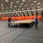 Bühnenbau und Verkleben der Bodenmatten