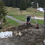 Tagwasserleitungsarbeiten Bernhards Alpstall abschließen mit TB216