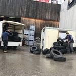 Altreifen für Entsorgung laden