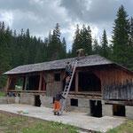 Projekt Zuger Säge: Vorbereitungen zum Abheben des Gebäudes mit Mobilkran