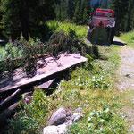Lechweg-Instandsetzung: U1600 mit Winde, alte Wegelemente über den Lech ziehen