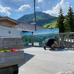 Kartenverkaufsstelle Dorfbrunnen stellen und Wanderkarten montieren