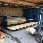 Holz von Sägerei auf neue Holzwagen versorgen am Bauhof