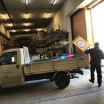 Vorbereitungsarbeiten für Winterwanderwege, Material laden am Bauhof