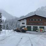 Schneeräumung mit Lader 550, Feuerwehrhaus