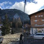 Arlberg Weinberg: Banner aufhängen