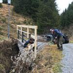 Burgwaldweg, Geländererhöhungen anbringen