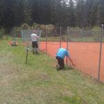 Reparaturarbeiten Waldbad Lech, Zaun Tennisplatz reparieren