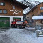 U400 Streudienst beim Feuerwehrhaus für Adventhütte beim größten Adventskalender von Lech