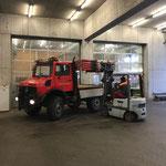 Unimog 1600 für Schneestangensetzen beladen