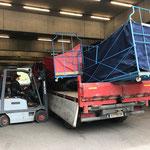 Möbel-Transportkisten abladen am Bauhof, mit U400 und Tandemhänger