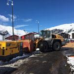 ...und Anlieferung Dieseltank für Stromaggregate, Lader 550