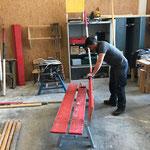 Spazierwegbänke reparieren in der Tischlerei