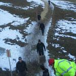Hackschnitzel verteilen Winterwanderweg Goldener Berg - Schlössle