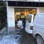 Katastrophenzelt des Roten Kreuzes zur Lagerung am Bauhof holen