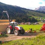 Drittleistung für Holzbau Muxel: Scheune aufstellen mit Steyr 6190 CVT/Kran am Omesberg