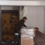 Sanitär- und Umkleideräumlichkeiten, Material ausräumen für Installationsarbeiten