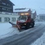 Erster Pflugeinsatz des kommenden Winters: U400 in Zürs