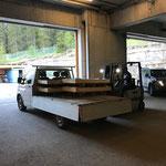 Bustafel-Gläser verladen für Transport nach Hohenems = Beklebung