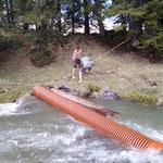 Loipenüberführung Tannlägerrunde: Rohre bergen aus Spullerbach