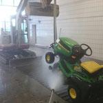 Bauhofgarage aufräumen und Fahrzeuge waschen. Im Bild: Schwimmbad-Mähtraktor