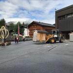 Musikantentag am Rüfiplatz abbauen und Hütten zum Schulplatz Lech Classic Festival transportieren