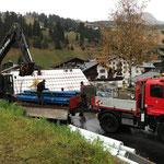 Wasserleitungsequipment abladen am Anger, Baustelle Gemeindezentrum