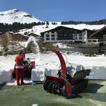 Mithilfe beim Freifräsen Tennisplatz Hotel Arlberg. Gegengeschäft: Erhalt des gesamten Platzequipments aufgrund Bauarbeiten