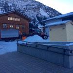 Schneeräumung Kirchplatz für Weihnachtsmarkt Lech. Ab 16. Dezember geöffnet.
