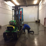 Rasenmähertraktor Schwimmbad zum Bauhof bringen und reinigen