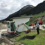 Löcher graben für Baumbbesatz Jugendplatz, mit TB 216