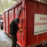 Schneecontainer vorbereiten für prognostizierten Schneefall, U 530