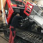 Pistenbully 100, neue Batterien einbauen