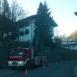 Mithilfe mit Drehleiter FF Lech bei Neu-Konzept Weihnachtsbeleuchtung