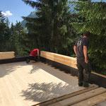 Umbau Feuerwehrhaus, Garagendach Rotes-Kreuz Boden legen