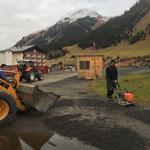 Schlaglöcher füllen Schlosskopfparkplatz nach Autokino-Event im Sommer