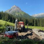 Wehr Kracherbach leeren, mit Bagger 290 Schneider Erdbau und U1600 sowie Lindner Unitrac