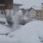 Schneeräumung in Zürs für Eisplatz, mit Holder