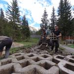 Neubau Waldbad: Platten entfernen neben Spielplatz
